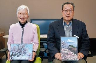 作品を手に笑顔の高橋さんと野村さん(左から)