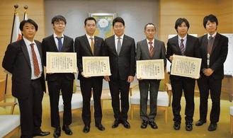 記念写真に納まる野澤さんと佐藤さん(左から)