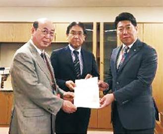 左から松原区長、和田航空局長、福田市長