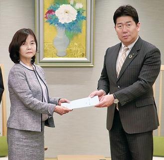 建石会長(左)から答申を受け取る市長