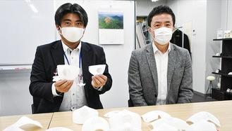 3Dマスクを手にする吉澤さんと早村さん(左から)