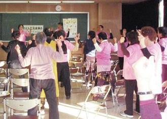 室内で行うことができる「ほほえみ体操」(写真は過去の様子 川崎区役所提供)