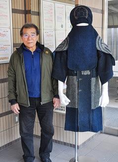 祖父の防火衣と並ぶ松原さん