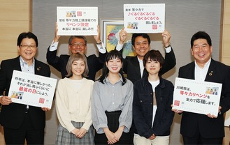 昨年市庁舎を訪れリベンジを誓っていたSHISHAMOの松岡彩さん、宮崎さん、吉川美冴貴さん(中央左から)