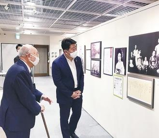 写真に見入る福田市長(右)と斎藤会長