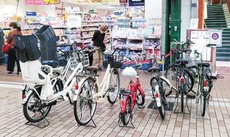 店の前に駐輪された自転車