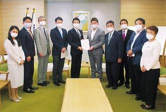 福田市長(右から5番目)へ要望書を提出す区議団