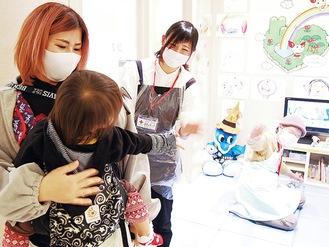 献血に訪れた目瀬さん親子と保育士