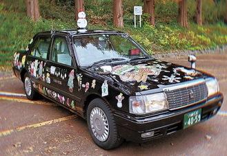 雪だるま型のあんどんが取り付けられたクリスマスタクシー