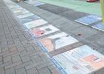 約50メートルの道に貼られた色とりどりの作品