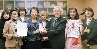 (前列左から)小俣委員長、朝山会長、冨田常務理事