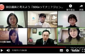 パネルディスカッションで司会を務める岡田さん(右下)