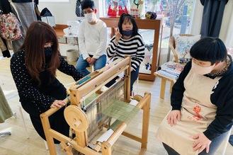 リブラでのさをり織り体験=FLAT提供