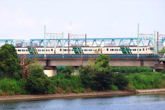 多摩川見晴らし公園から見る踊り子号=画像提供・鉄道新聞