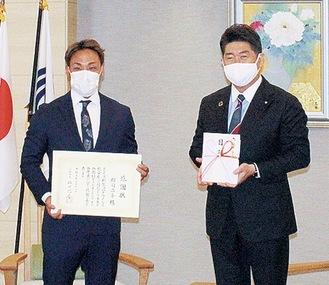 郡司選手と福田市長(左から)
