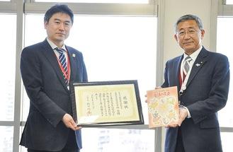 作品を手にする袖山局長と感謝状を持つ増田副所長(右から)