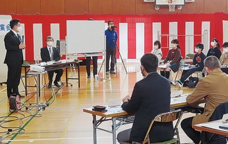 福田市長(左)の意見に耳を傾ける参加者
