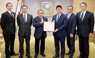 浴場組合役員と福田市長(中央右)=浴場組合提供