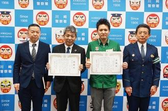 感謝状を手にする武田さんと吉田さん(左から)