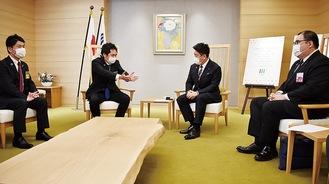福田市長(中央右)と意見を交わす同協議会坂倉会長(中央左)ら関係者