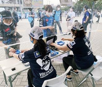 マッチデープログラムを販売するボランティア©川崎フロンターレ