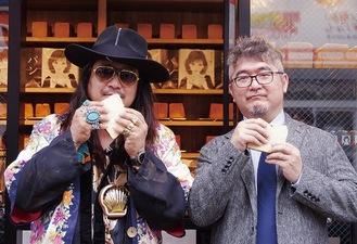両手にパンを持ってポーズを決める岸本さんと石田さん(左から)
