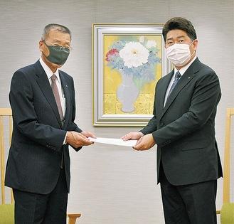 要請書を受け取る福田市長(右)