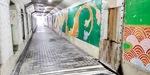 漏水対策と壁画が施されたトンネル通路