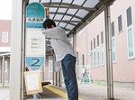 「市役所前」バス停がなかったと残念がる飯島さん(6月 新潟県佐渡市)=本人提供