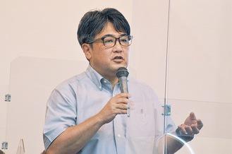 講演する安田浩一さん