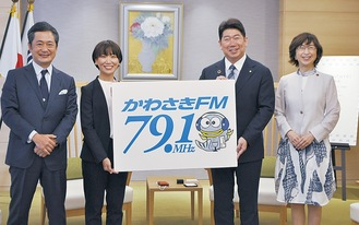 福田市長とパネルを掲げる大西氏(左から2人目)