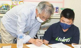 寺子屋先生に勉強を教わる生徒