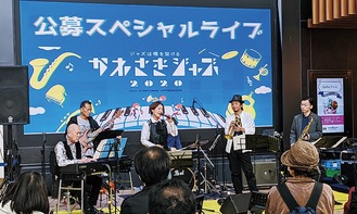 川崎ルフロンで演奏する出演者ら(昨年)=川崎市提供