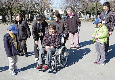 車椅子の扱い方を学ぶ
