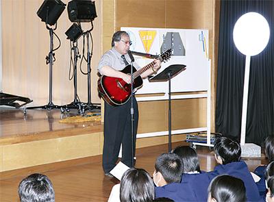 歌などを通じ交通ルールやマナー学習