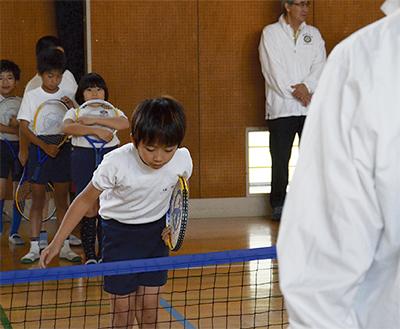 テニス通じてマナー学ぶ