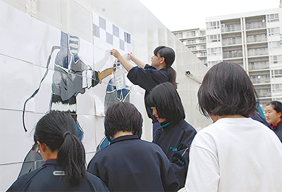生徒の絵で仮囲い彩る