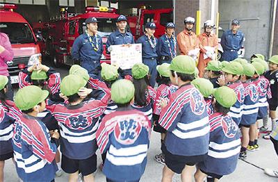 園児が消防署員に贈り物