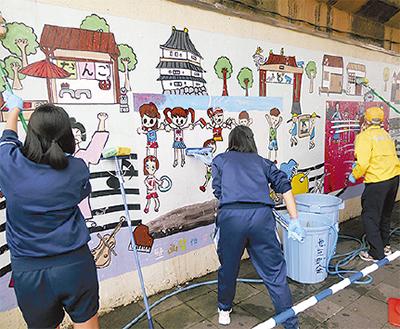 児童壁画をゴシゴシ
