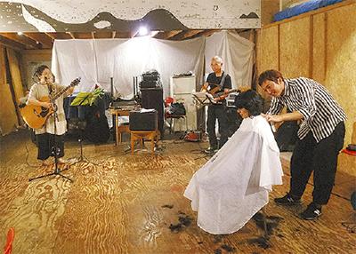 鋼管通で髪切りライブ