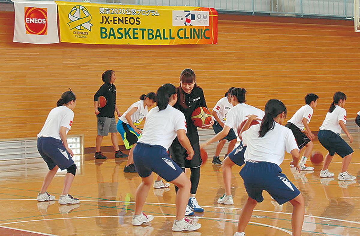 女子中部員にバスケを指導