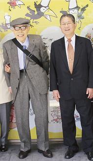 書店で記念撮影するかこさん(左)と藤嶋学長=北野書店提供