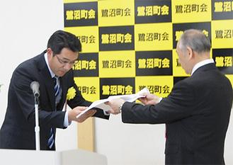 ダイドードリンコ(株)から持田会長(右)に目録が贈られた
