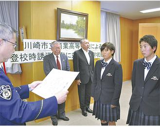 感謝状を贈られた長井歩美さん(右)と安田美郁さん