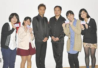 出演者の大萩康司さん(中央左)と鈴木大介さんを囲む、左から山本さん、香川さん、宮崎さん、吉田さん