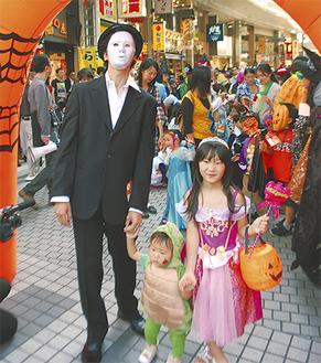 ドレスやキャラクターなど様々な衣装で行進する参加者