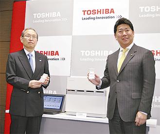 共同開発した衛生管理用検査キットを手にする福田市長(右)と綱川社長(左)