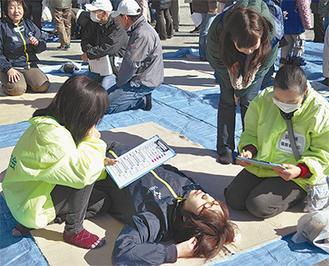 傷病者訓練で応急処置方法などを教える川崎幸病院の救急救命士ら