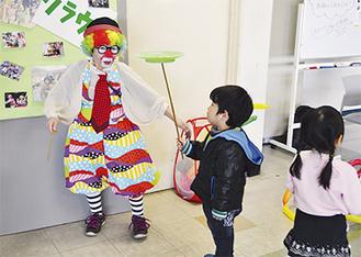 ピエロと遊ぶ男児
