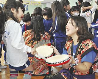 太鼓を体験する園児